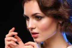 Het mooie donkerbruine model stellen in test het schieten De vrouwelijke manier van het emotiemeisje Royalty-vrije Stock Foto's