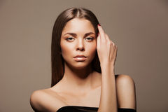 Het mooie Donkerbruine Portret van de Vrouw met gezond Haar Duidelijke verse huid Skincare juwelen Het model van de schoonheid Stock Foto