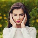Het mooie Donkerbruine Portret van de Vrouwen in openlucht Zomer Royalty-vrije Stock Foto's