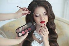 Het mooie donkerbruine portret van het bruidhuwelijk met make-up en hairst Royalty-vrije Stock Fotografie