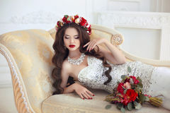 Het mooie donkerbruine Portret van het Bruidhuwelijk Rode lippenmake-up lang royalty-vrije stock fotografie