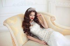 Het mooie donkerbruine Portret van het Bruidhuwelijk Rood lippenmake-up en h Stock Foto