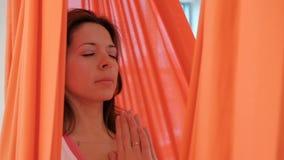 Het mooie donkerbruine slingeren in hangmat in lotusbloem stelt binnen stock video