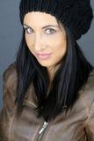 Het mooie donkerbruine stellen met een hoed Stock Foto