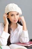 Mooi studentenmeisje die een baret dragen. Stock Foto's