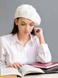 Mooi studentenmeisje dat een baret draagt. Stock Fotografie