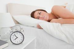 Het mooie donkerbruine vrouw awaking Royalty-vrije Stock Foto