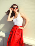 Het mooie donkerbruine vrouw dragen rode zonnebril en rok Royalty-vrije Stock Foto