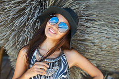 Het mooie donkerbruine vrouw stellen bij zonnige de zomerdag dicht omhoog por stock afbeelding
