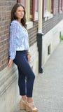 Het mooie donkerbruine vrouwelijke model stelt in stad Royalty-vrije Stock Foto