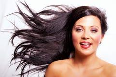 Het mooie donkere haarmeisje glimlachen royalty-vrije stock afbeeldingen