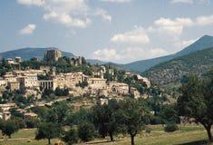 Het mooie dorp van montbrun-les-Bains in DrÃ'me Provençale, Frankrijk stock fotografie