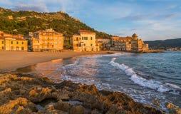 Het mooie dorp van Santa Maria di Castellabate bij zonsondergang, Cilento, Campania, zuidelijk Italië stock fotografie