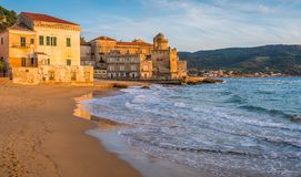 Het mooie dorp van Santa Maria di Castellabate bij zonsondergang, Cilento, Campania, zuidelijk Itali? royalty-vrije stock foto