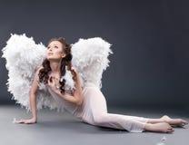 Het mooie droevige vrouw stellen in engelenkostuum Royalty-vrije Stock Afbeelding