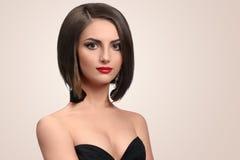 Het mooie elegante jonge vrouw stellen in studio royalty-vrije stock afbeeldingen