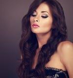 Het mooie elegante vrouwelijke make-up model stellen met lang krullend volume stock fotografie