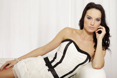 Het mooie en aantrekkelijke vrouwelijke vrouw stellen in wit en zwart Stock Afbeeldingen
