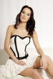 Het mooie en aantrekkelijke vrouwelijke vrouw stellen in wit en zwart Royalty-vrije Stock Afbeeldingen