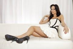Het mooie en aantrekkelijke vrouwelijke vrouw stellen in wit en zwart Stock Foto