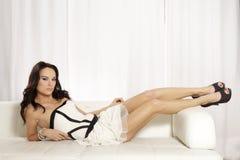 Het mooie en aantrekkelijke vrouwelijke vrouw stellen in wit en zwart Stock Afbeelding