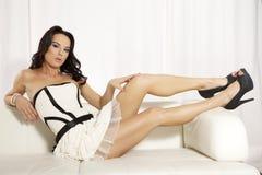 Het mooie en aantrekkelijke vrouwelijke vrouw stellen in wit en zwart Royalty-vrije Stock Fotografie