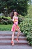 Het mooie en geslachts Aziatische meisje toont haar jeugd in het park stock foto