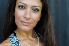 Het mooie en gezonde kijken Arabische vrouw Stock Afbeelding