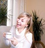 Het mooie en jonge vrouwen lachen Royalty-vrije Stock Afbeeldingen