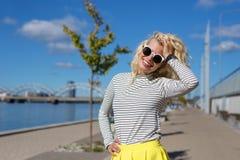 Het mooie en kleurrijke vrouw glimlachen Stock Fotografie