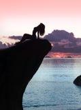 Het mooie en sexy silhouet van het vrouwenlichaam op rots, bij zonsondergang Royalty-vrije Stock Afbeelding