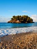 Het mooie en weelderige groene eilandje van Panagia stock fotografie