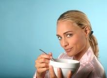 Het mooie Eten van de Vrouw Stock Afbeeldingen
