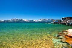 Het mooie exotische strand voor ontspant met sneeuwbergen azuurblauwe duidelijk Stock Afbeelding