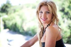 Het mooie Flirten van de Vrouw van de Blonde royalty-vrije stock fotografie
