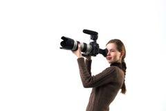 Het mooie fotograafmeisje met het professionele dslrcamera stellen op een witte achtergrond in studio Foto het leren Royalty-vrije Stock Foto's