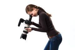 Het mooie fotograafmeisje met het professionele dslrcamera stellen op een witte achtergrond in studio Foto het leren Stock Foto's