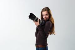 Het mooie fotograafmeisje met het professionele dslrcamera stellen op een witte achtergrond in studio Foto het leren Stock Afbeeldingen