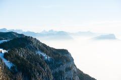 Het mooie Franse landschap van de de winter panoramische luchtmening van alpen met een fantastische blauwe achtergrond van de nev Royalty-vrije Stock Afbeeldingen