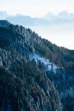 Het mooie Franse landschap van de de winter panoramische luchtmening van alpen met een fantastische blauwe achtergrond van de nev Royalty-vrije Stock Fotografie