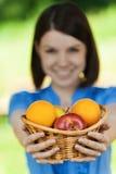 Het mooie fruit van de meisjesmand Stock Foto