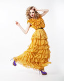 Het mooie gelukkige actieve vrouwelijke blonde stellen Royalty-vrije Stock Afbeeldingen
