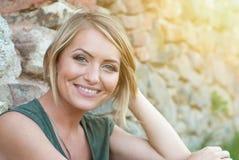 Het mooie gelukkige blondevrouw glimlachen Stock Foto's