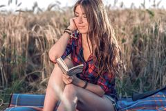 Het mooie gelukkige donkerbruine meisjesgebied valt in slaap, overhemd Concepten nieuwe ideeën, die in notitieboekje schrijven De Royalty-vrije Stock Foto's