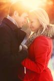 Het mooie gelukkige jonge paar van het de winterportret in liefde, zonnige warme lichte zonsondergang royalty-vrije stock foto's