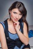 Het mooie gelukkige vrouw stellen in studioclose-up Stock Foto's