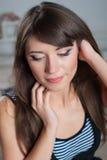 Het mooie gelukkige vrouw stellen in studioclose-up Stock Foto