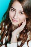 Het mooie gelukkige vrouw stellen in studioclose-up Royalty-vrije Stock Foto