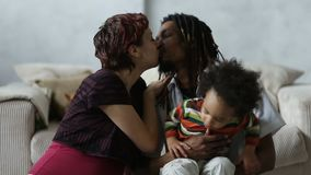 Het mooie gemengde paar in het houden van omhelst thuis stock footage