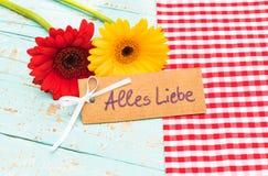 Het mooie gerberamadeliefje bloeit en kaart met tekst, Alles Liebe, middelenliefde Stock Foto